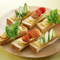 たまごのサラダと彩り野菜のスティックトースト