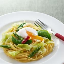 春野菜のペペロンチーノ温卵添え