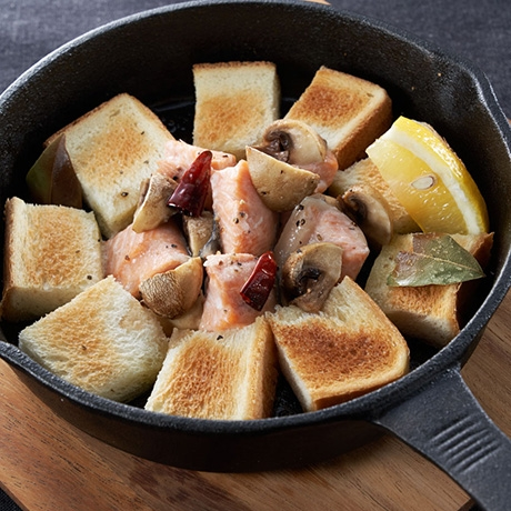 秋鮭のアヒージョ風スキレットトースト