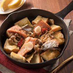 秋鮭としめじのアヒージョ風スキレットトースト