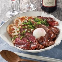 ビーフとれんこんのステーキ丼 赤ワインソース