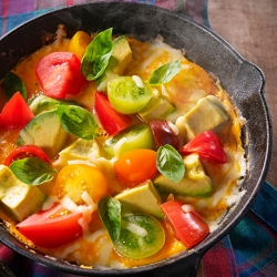 スキレットで作る!トマトとアボカドのオープンオムレツ